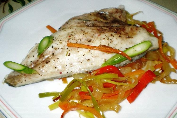 Saludable y curativo dorado con verduras varias al horno para la artritis