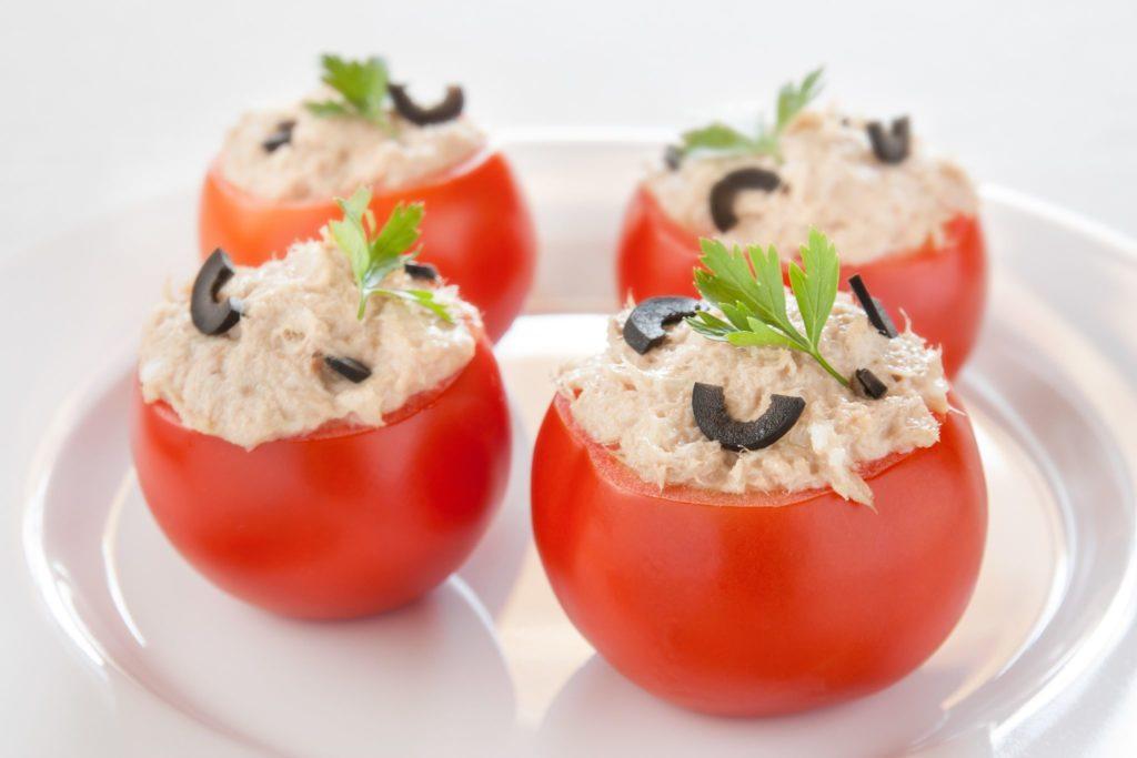 Cocina con tomates rellenos de atún fácil y rápido