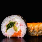 sushi con arróz y pescado